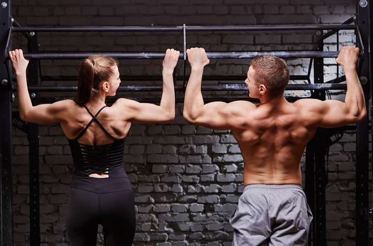 couple doing pull ups